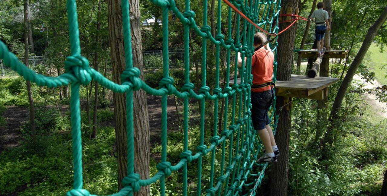 Kletterparks und Hochseilgärten