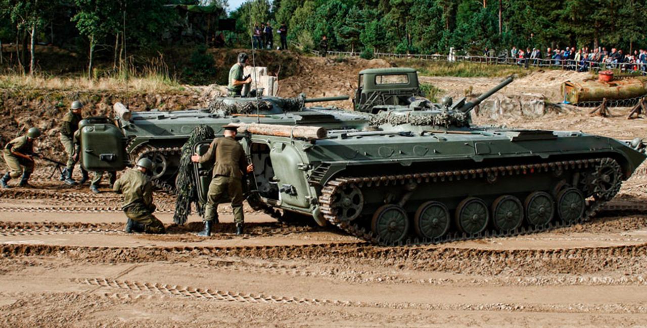 Kettenpanzer BMP1 und Panzer T-72 (FAP) fahren in Mahlwinkel, Raum Magdeburg