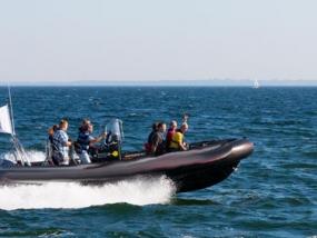 Powerboot fahren auf der Ostsee in Neustadt