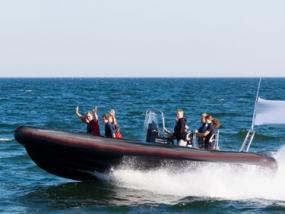 Speedboot fahren auf der Ostsee in Neustadt