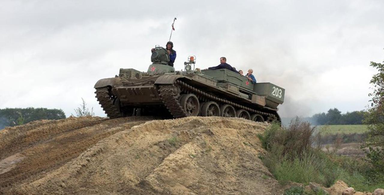 T55 Bergepanzer fahren in Steinhöfel_k Raum Brandenburg
